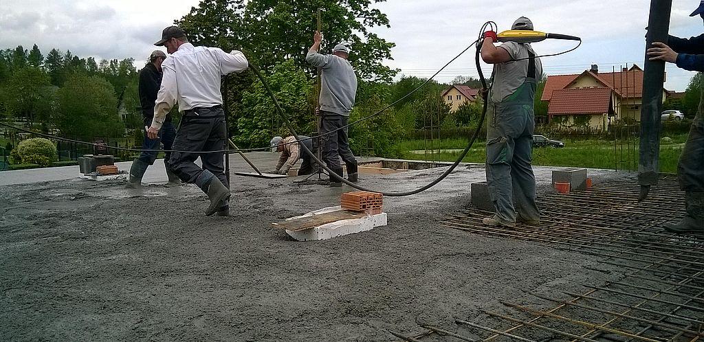 Układanie mieszanki betonowej 01